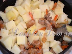 перемешать овощи с мясом