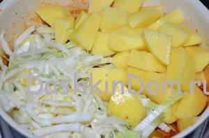 добавляем картошку и капусту