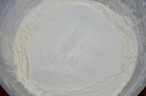 готовим тесто для пирога