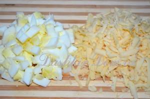 яйца и сыр для салата