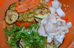 Салат с овощами - гриль и рыбкой