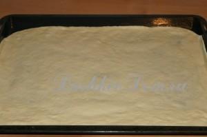 раскатываем тесто для пиццы